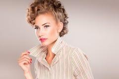 Portret van mooie vrouw met krullend haar Royalty-vrije Stock Fotografie