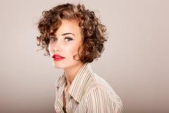 Portret van mooie vrouw met krullend haar Stock Foto's