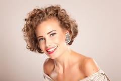 Portret van mooie vrouw met krullend haar Stock Afbeelding