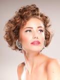Portret van mooie vrouw met krullend haar Stock Fotografie