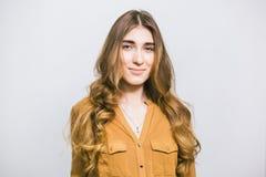 Portret van mooie vrouw met krullend lang haar op witte achtergrond Make-up, manier, schoonheid stock foto's