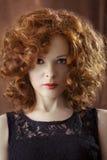 Portret van mooie vrouw met lang krullend rood Vertoning languag Royalty-vrije Stock Foto's