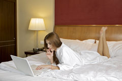 Portret van mooie vrouw met laptop op bed royalty-vrije stock foto's
