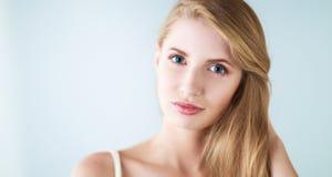 Portret van mooie vrouw op grijze achtergrond Stock Foto