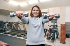 Portret van mooie vrouw op middelbare leeftijd in gymnastiek Gezondheidsfitness het concept van de sportleeftijd stock fotografie