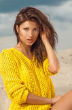 Portret van mooie vrouw op strand Stock Foto