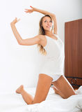 Portret van mooie vrouw op wit blad in bed stock foto's