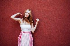 Portret van mooie vrouw in rode kleding, het glimlachen royalty-vrije stock foto