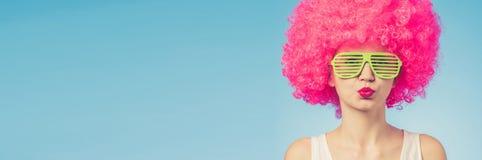 Portret van mooie vrouw in roze pruik en groene glazen Royalty-vrije Stock Afbeeldingen
