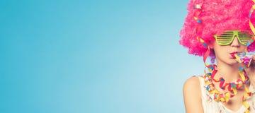 Portret van mooie vrouw in roze pruik en groene glazen Stock Fotografie