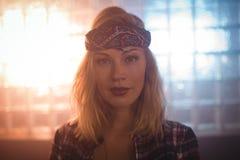 Portret van mooie vrouwelijke zanger in verlichte nachtclub stock afbeeldingen