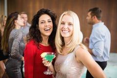 Portret van mooie vrouwen die dranken hebben stock foto