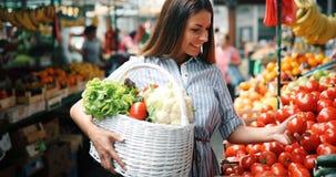 Portret van mooie vrouwenholding het winkelen mand Stock Afbeelding