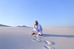 Portret van Moslimontwerperkerel die op mobiel met c coördineert Royalty-vrije Stock Afbeeldingen