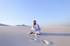 Portret van Moslimontwerperkerel die op mobiel met c coördineert Stock Afbeeldingen