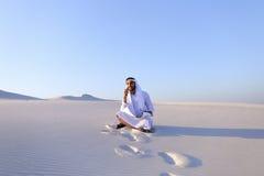 Portret van Moslimontwerperkerel die op mobiel met c coördineert Stock Afbeelding