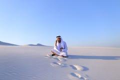 Portret van Moslimontwerperkerel die op mobiel met c coördineert Royalty-vrije Stock Foto's