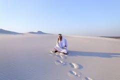 Portret van Moslimontwerperkerel die op mobiel met c coördineert Stock Foto