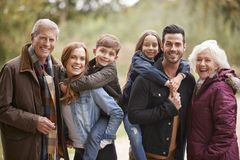 Portret van Multigeneratiefamilie op Autumn Walk In Countryside Together stock afbeeldingen