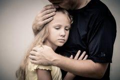Portret van één droevige dochter die zijn vader koesteren Stock Foto