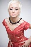 Portret van nadenkende blonde vrouw in rode kleding Royalty-vrije Stock Foto