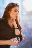 Portret van nadenkende jonge vrouw Royalty-vrije Stock Afbeeldingen