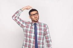 Portret van nadenkende knappe gebaarde zakenman in kleurrijk stock afbeeldingen