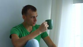 Portret van nadenkende mens het drinken kop thee stock videobeelden