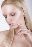 Portret van Nadenkende Schitterende Blonde Vrouw Royalty-vrije Stock Fotografie