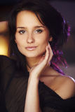 Portret van natuurlijk donkerbruin meisje Stock Afbeelding