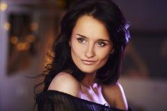 Portret van natuurlijk donkerbruin meisje Royalty-vrije Stock Afbeeldingen
