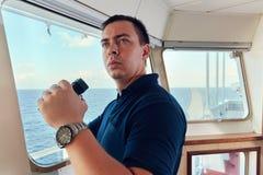 Portret van navigator/proef/ambtenaar op de brug van het schip royalty-vrije stock foto's