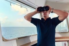 Portret van navigator/proef/ambtenaar op de brug van het schip royalty-vrije stock afbeelding
