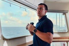Portret van navigator/proef/ambtenaar op de brug van het schip stock foto's