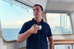 Portret van navigator/proef/ambtenaar op de brug van het schip stock fotografie