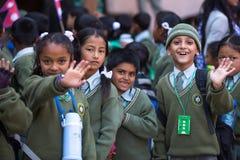 Portret van niet geïdentificeerde Nepalese kinderen tijdens een excursie aan Koning Tribhuwan Memorial Museum Royalty-vrije Stock Afbeelding