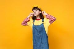 Portret van nieuwsgierige meisjestiener in Franse baret, denim die sundress aandachtig ver weg geïsoleerde afstand kijken stock afbeelding