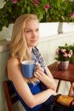 Portret van noordse vrouw het drinken thee stock afbeelding