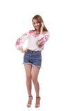 Portret van Oekraïens meisje die nationaal geborduurd die overhemd dragen op witte achtergrond wordt geïsoleerd Stock Foto