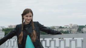 Portret van onbezorgd gelukkig meisje die bij vijver bij camera glimlachen stock videobeelden