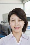 Portret van Onderneemster bij de Garage van de Autoreparatie Stock Afbeeldingen