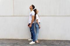Portret van ongelukkig gefrustreerd paar die het rijtjes spreken niet bevinden zich aan elkaar na een argument terwijl status op  stock foto's