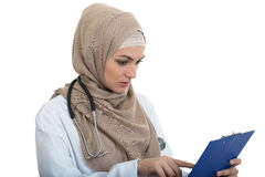 Portret van ongerust gemaakte moslim vrouwelijke Medische geïsoleerde artsenholding paperclip Stock Foto
