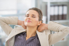 Portret van ontspannen bedrijfsvrouw in bureau Stock Afbeeldingen