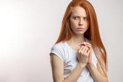 Portret van ontstemde aantrekkelijke redhaired vrouw over witte achtergrond stock foto's