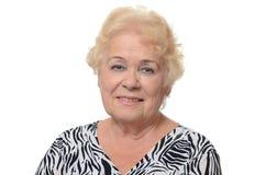Portret van oude die vrouw op witte achtergrond wordt geïsoleerd Stock Foto
