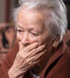 Portret van oude grijs-haired droevige vrouw royalty-vrije stock afbeelding