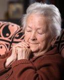 Portret van oude grijs-haired droevige vrouw stock afbeelding