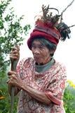 Portret van oude Ifugao-vrouw met veerhoed stock foto