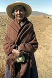 Portret van oude Indische vrouw met cocabladeren Stock Afbeeldingen